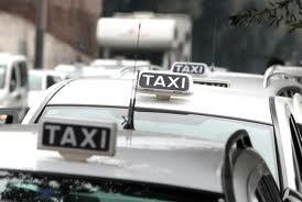 Taxi Milano, protesta e scontri in centro: 2 tassisti investiti durante liti