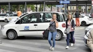 """Milano, """"tassisti abusivi con Uber"""". Anche Lupi e Maroni contro la app"""