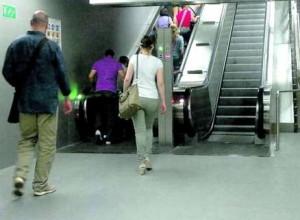 Roma, stazione Termini: scala mobile si blocca, 3 feriti. Ipotesi sabotaggio