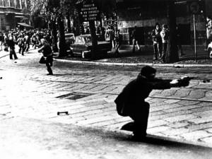 Uno degli scatti dei disordini di Milano del maggio 1977
