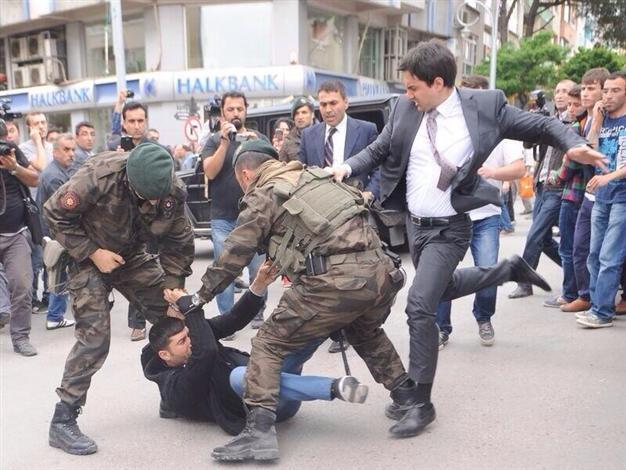 Turchia, consigliere di Erdogan prende a calci un manifestante (foto)