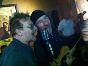 """Gli U2 cantano """"Desire"""" in un'osteria del Messico"""