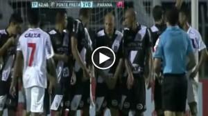 Uomo sdraiato contro punizione rasoterra ma segnano sopra barriera (VIDEO)