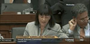 Usa, membro del congresso Usa si mette le dita nelle orecchie e poi in bocca