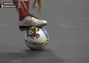 Falcao, show sui campi da calcetto: tacchi e gol in rovesciata