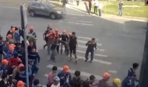 Un momento della rissa a Mosca (foto YouTube)