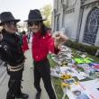 Michael Jackson moriva 5 anni fa: fan spargono 15 rose sulla tomba19