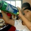 """Bambino cinese beve birra a 2 anni. I genitori: """"Se gli diciamo no piange"""""""