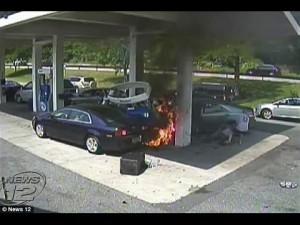 New York, poliziotto estrae conducente dall'auto in fiamme