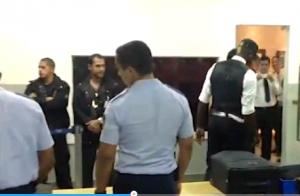 Mario Balotelli da solo e isolato dalla squadra ai controlli in aeroporto