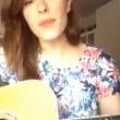 """Diana Del Bufalo, canzone contro la ceretta: """"Ce l'ho pelosa"""" (VIDEO)"""