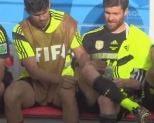 Diego Costa fa la ceretta a Xabi Alonso (VIDEO)