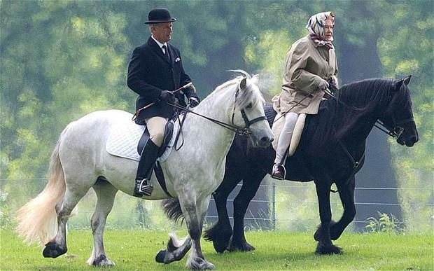 La regina Elisabetta a cavallo. A 88 anni (foto)