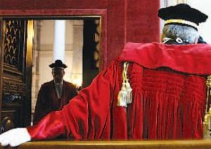 Statali: Renzi manderà i magistrati in pensione 5 anni prima