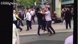 Manchester, rissa shock a Piccadilly Gardens davanti a mamme e bimbi (video)