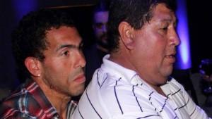 Tevez e il padre (foto Twitter)