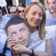 Giorgia Meloni davanti al Senato con le maschere di Matteo Renzi11