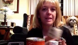 """Usa, mangia cibo per cani per un mese: """"E' genuino e gustoso"""