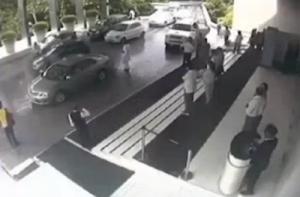 New Delhi, facchino dell'hotel sposta la Lamborghini ma la distrugge