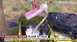 Aereo Malaysia, giornalista Sky inglese rovista nella valigia di una vittima