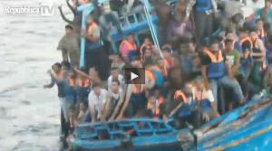 """Sicilia, i naufraghi sopravvissuti: """"180 sono morti, molti annegati"""" (video)"""