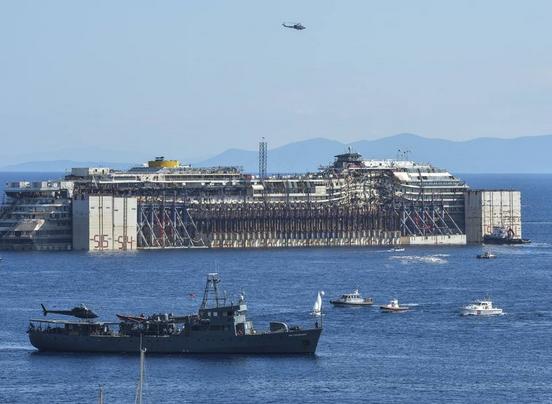 Concordia, Agostino Pini: il marinaio si avvicina al relitto in barca