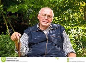 Anziano seduto in giardino