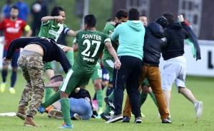 Lille-Maccabi Haifa finisce in rissa: invasione di campo pro Palestina e botte VIDEO