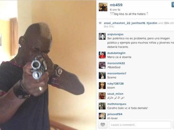 Balotelli e la foto col fucile