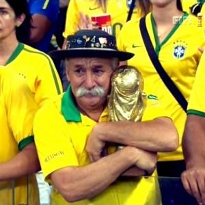 La disperazione di un tifoso brasiliano (Foto Ansa)