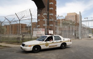 Usa, resta rinchiuso in una sala del carcere per 30 ore: era andato a trovare il figlio