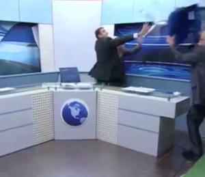 Discutono su Gaza e Siria: giornalista lancia sedia contro attivista in diretta