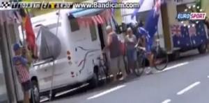 Tour de France, Arnaud Demare va in bagno nel camper dei tifosi VIDEO