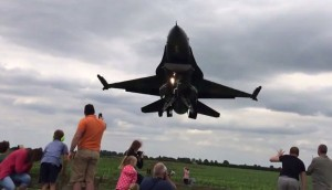 F16 sfiora le loro teste: gli spettatori si abbassano per la paura