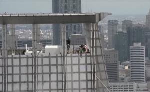 Andy Lewis cammina su fune lunga 169 metri a Bangkok