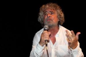"""M5S, Beppe Grillo propone: """"Parlamentari in strada contro la riforma del Senato"""""""