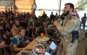 Il militante siriano attacca al-Baghdadi: davanti a lui il quaderno Hello Kitty