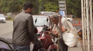Nuova Delhi, mago regala 100 rupie ai senzatetto