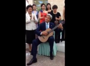 John Kerry, piccolo saggio di chitarra classica a Pechino