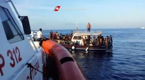 Lampedusa, nuova tragedia: naufraga barcone con 600 migranti, almeno 20 morti