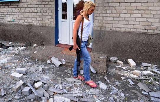 Ucraina, la Lara Croft dei filorussi: una bionda col kalashnikov FOTO