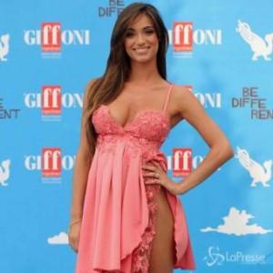 Lorella Boccia come Belen Rodriguez: sexy spacco inguinale dell'abito
