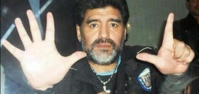 """Brasile Germania 1-7: Maradona fa """"7"""" con le dita delle mani, ma la foto è un fake"""