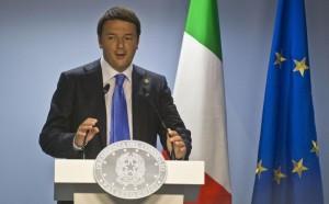 """Renzi parla a Strasburgo. L'Olanda lo gela: """"Niente flessibilità"""". Polemica: evita i giornalisti per andare da Vespa"""