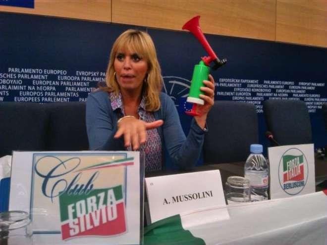 Alessandra Mussolini e il kit anti-Schulz: trombetta e fischio al Parlamento Ue