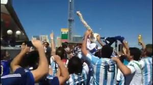 """Fan Argentina in piazza con ossa finte: """"Ecco la spina dorsale di Neymar"""""""
