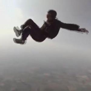 Paracadutista perde i sensi in volo: i compagni lo afferrano