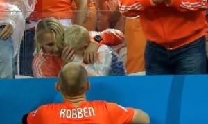 Robben consola il figlio che piange dopo eliminazione dell'Olanda (VIDEO)