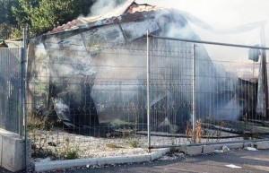 Roma, incendio campo rom Barbuta: distrutto presidio Croce Rossa