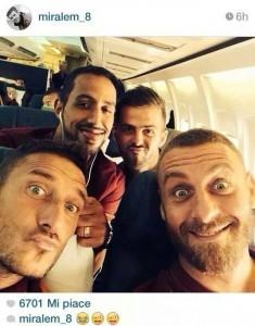 Roma, Totti e De Rossi selfie di gruppo sull'aereo per Denver (FOTO)